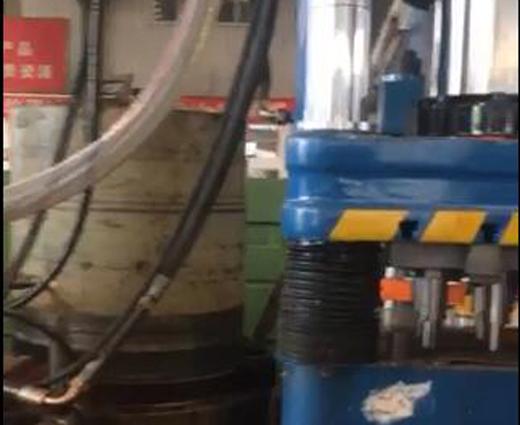 小型液压机工作现场